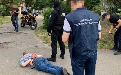 dbr-kieva-zvinuvachue-inspektora-policii-u-zbuvanni-narkotikiv-ta-psihotropnih-rechovin-1-400x250-7bc